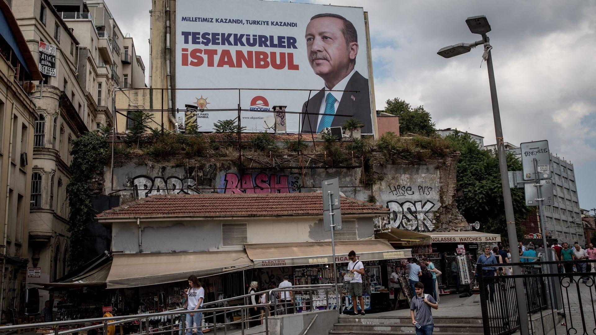 مني حزب العدالة والتنمية بخسارة في إسطنبول يسعى إردوغان إلى تعويضها بأصوات الأكراد (أ ب)