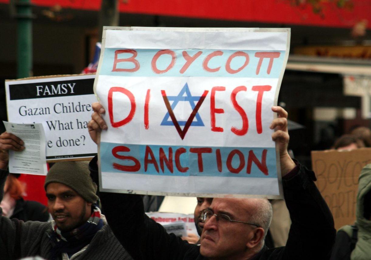 حركة المقاطعة من أبرز المستهدفين من إسرائيل (رويترز)