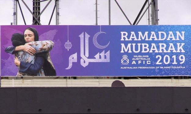 صورة رئيسة وزراء نيوزيلندا على ملصق تهنئة بقدوم رمضان في أستراليا