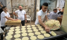 شاب فلسطيني يعدّ القطايف