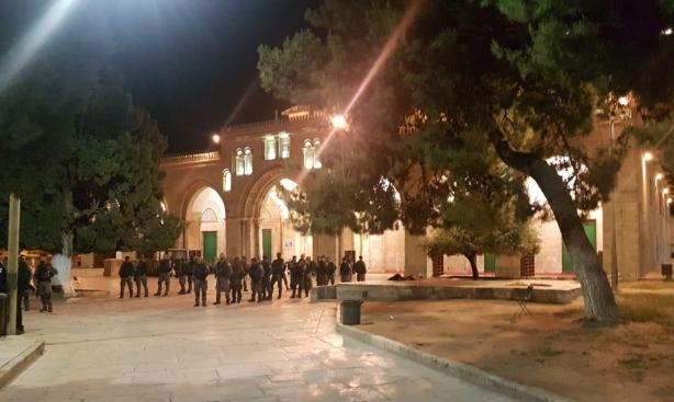 اعتقالات وإبعاد عن القدس القديمة عقب ملاحقة المعتكفين بالأقصى