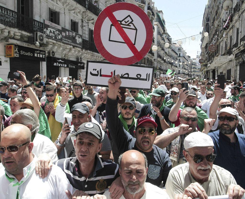 الطلاب الجزائريون يجددون رفضهم لرموز نظام بوتفليقة