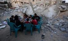 غزيون يأكلون إفطارهم الرمضاني على الأنقاض التي سببها الاحتلال
