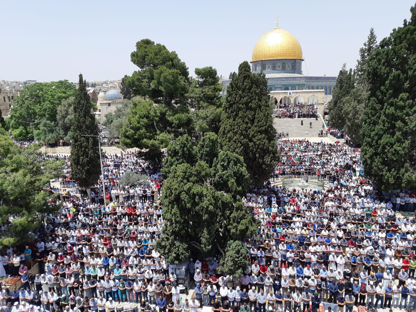 القدس: 200 ألف فلسطيني يؤدون صلاة الجمعة الثانية بالأقصى