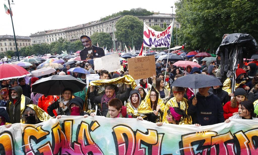 من تظاهرة اليمينيين في ميلانو أمس (أ ب)
