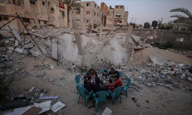 غزة.. عائلة زعرب تتناول الإفطار فوق ركام منزلها وأحلامها