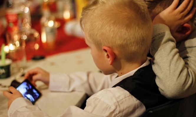 دراسة: قضاء الأطفال وقتا أمام الشاشات يعرّضهم لمشاكل سلوكية