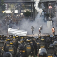 إندونيسيا: 6 قتلى و 200 إصابة في مواجهات مع الشرطة