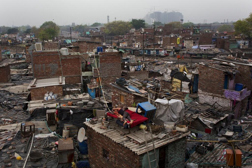 لا زالت قطاعات واسعة في الهند تعاني من الفقر المدقع (أ ب)