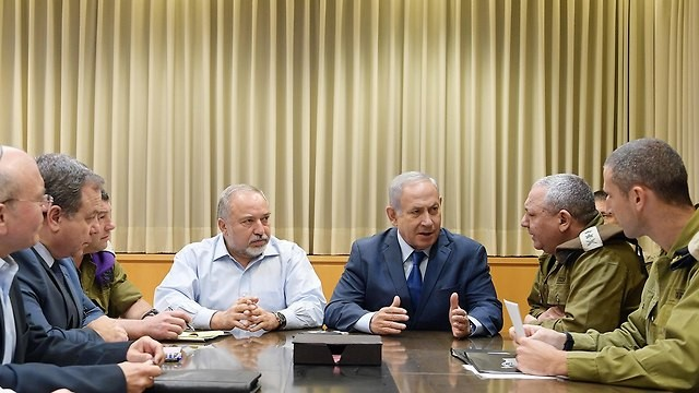 نتنياهو وليبرمان خلال شغل الأخير منصب وزير الأمن (مكتب الصحافة الحكومي)