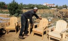 نجّار فلسطيني يعمل في ورشته في خان يونس بغزّة