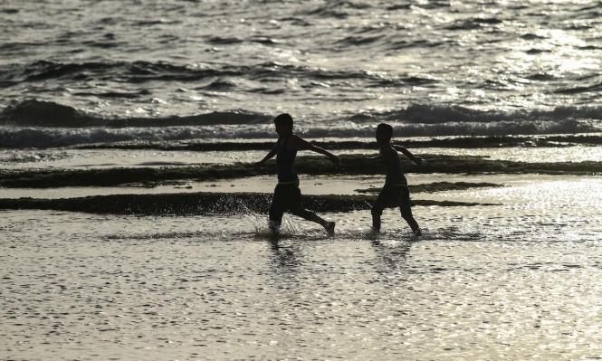 أطفالُ غزّة يلهون أمام بحرها