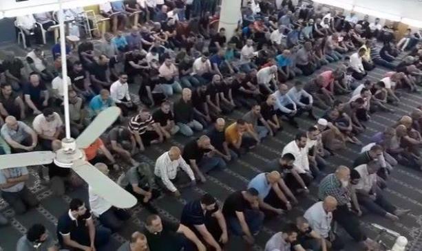 العشرات يؤدون صلاة العيد في مسجد البيان بجت