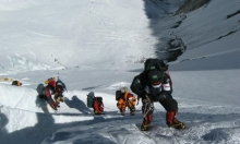 حملة حكومية في جبل إيفرست لإزالة الجثث وتنظيف القمامة