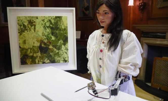 الآلات في كل مكان: أول معرض رسومات لروبوت