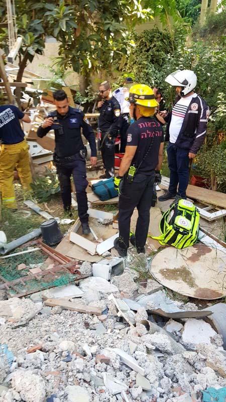 إنقاذ عامل من تحت الركام في القدس