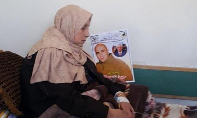 والدة الأسير العويوي تخوض إضرابا عن الطعام إسنادا لابنها