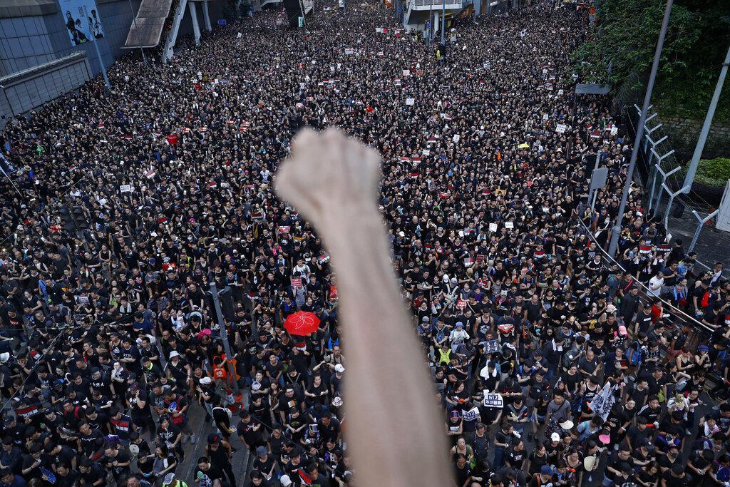 مظاهرات مليونية في هونغ كونغ رغم تعليق قانون التسليم للصين