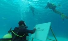 فنان كوبي يرسم لوحاته تحت الماء
