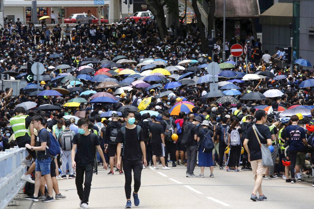 هونغ كونغ: المتظاهرون يغلقون شارعا رئيسيا قرب البرلمان