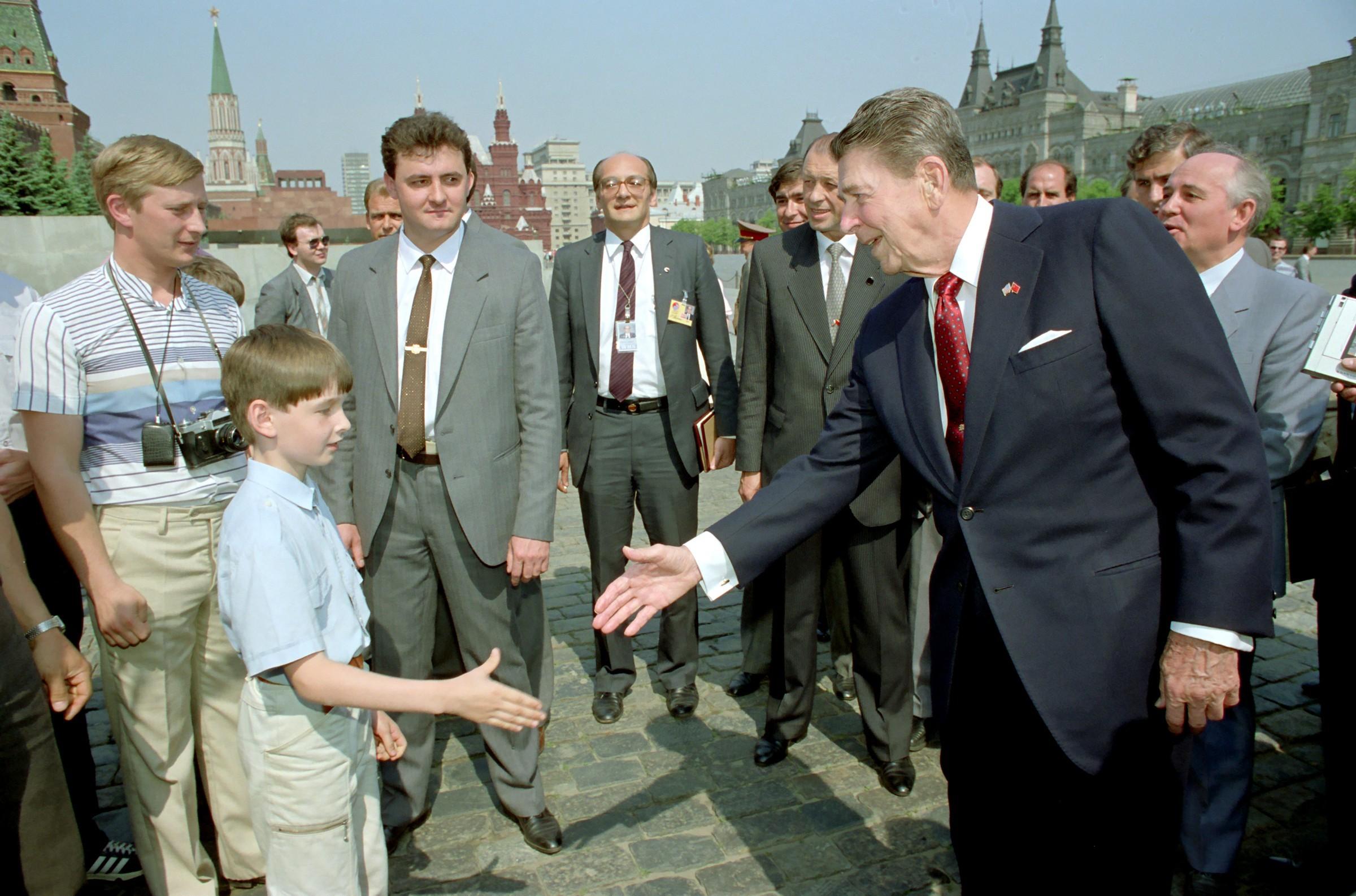 الشخص الحامل الكاميرا يعتقد أنه بوتين أثناء عمله وكيلا في المخابرات مع الرئيس الأميركي