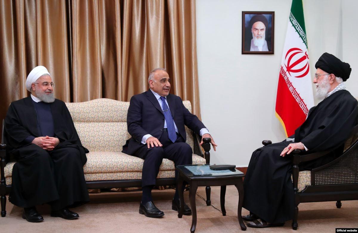 عبد المهدي مع خامنئي وروحاني (أ ب)