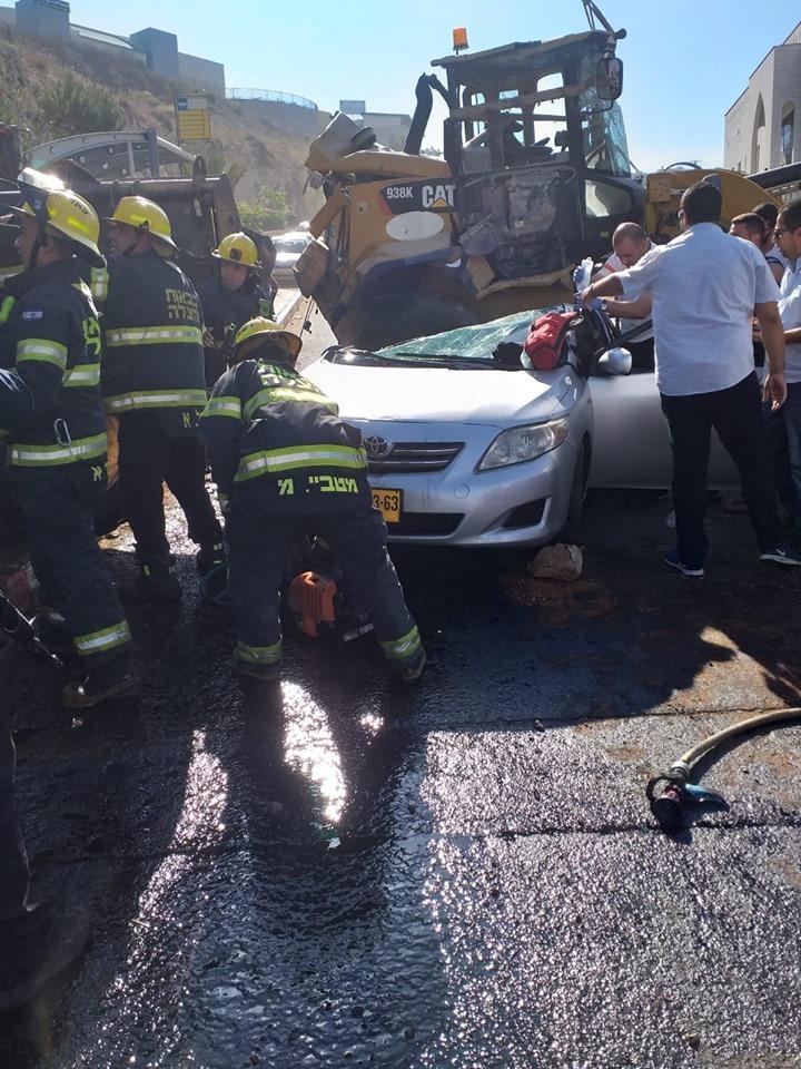 3 إصابات بانقلاب جرافة على سيارة في أم الفحم