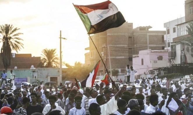 """تأجيل لقاء """"العسكري"""" و""""التغيير""""وغلق جسور لمنع وصول المتظاهرين للخرطوم"""