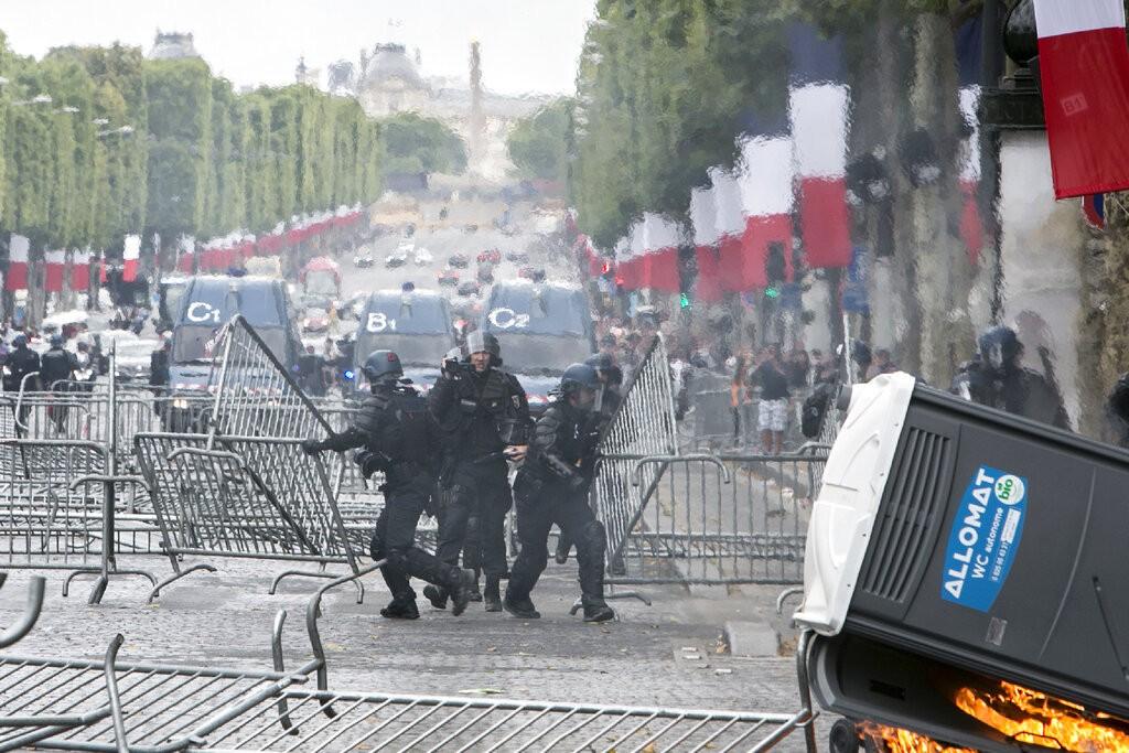 من اعتداءات الشرطة الفرنسية على المتظاهرين (أ ب)