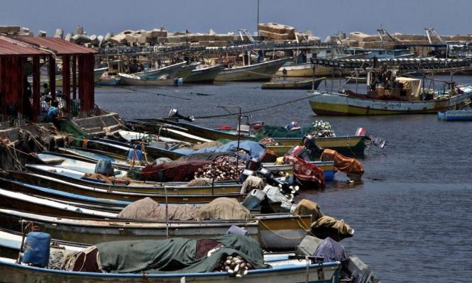 جرافات الاحتلال تتوغل برفح والبحرية تستهدف مراكب الصادين