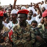 """""""العسكري"""" يفرّق مظاهرات بالخرطوم وتباين المواقف حول الاتفاق"""