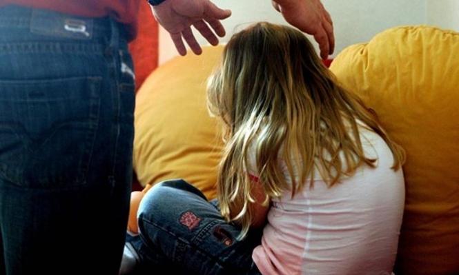 اعتقال مسن ضُبط مع طفلة داخل غرفة