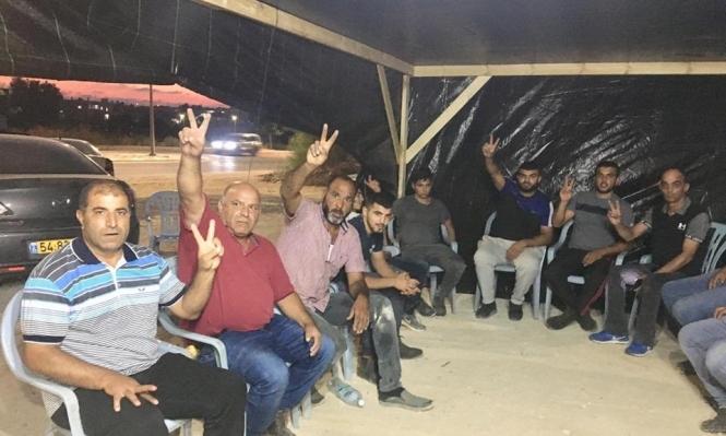 أهالي العراقيب ينصبون خيمة اعتصام بجانب مركز الشرطة في رهط