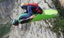 مغامر أسترالي يتحدى قوانين الجاذبية برياضة الطيران ببدلة الجناح