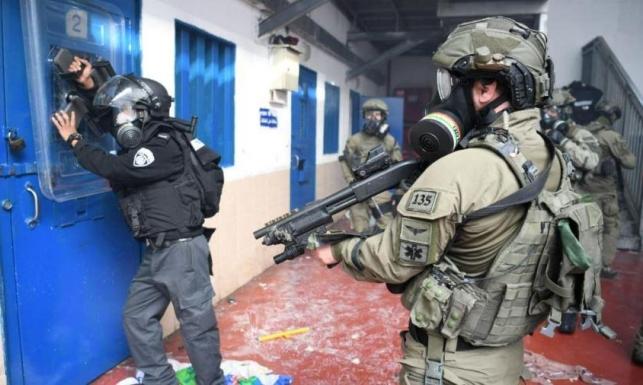 """مواجهات بين الأسرى وقوات الاحتلال في معتقل """"عوفر"""""""