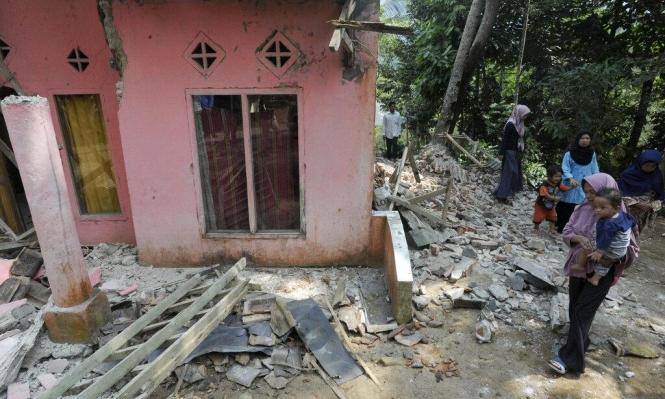 عشرات القتلى والجرحى بزلزال ضرب إندونيسيا