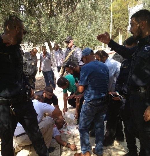 شرطة الاحتلال تعتدي على حارس للأقصى وتقتاده للتحقيق