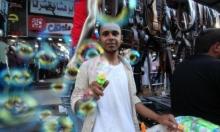بائع غزيّ يحاول الترويج لبضاعته عشية العيد