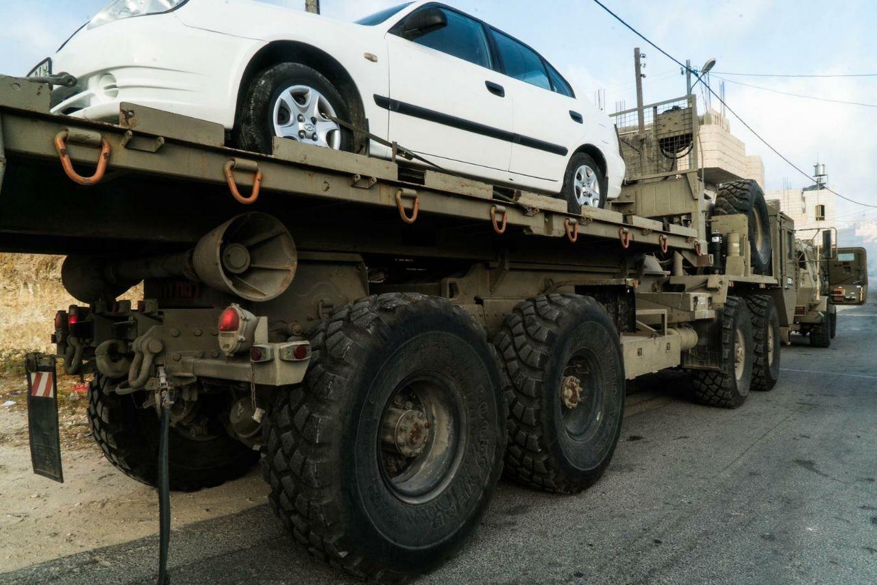 الاحتلال أثناء مصادرته السيارة التي يشتبه أن منفذي العملية استقلاها (صورة للجيش الإسرائيلي)