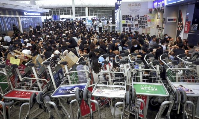المتظاهرون يحتلون مطار هونغ كونغ لليوم الثاني على التوالي