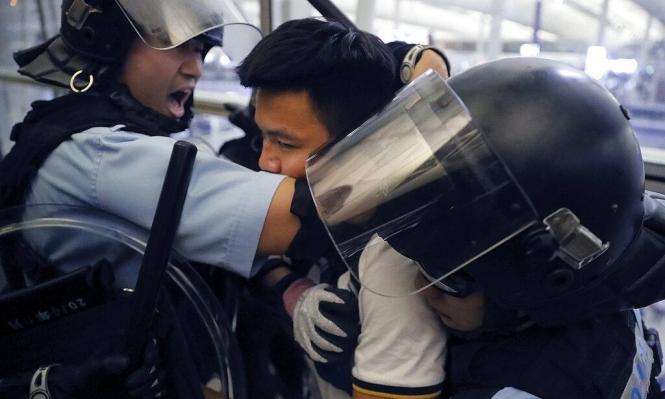 اشتباكات في مطار هونغ كونغ والاتحاد الأوروبي يدعو لضبط النفس