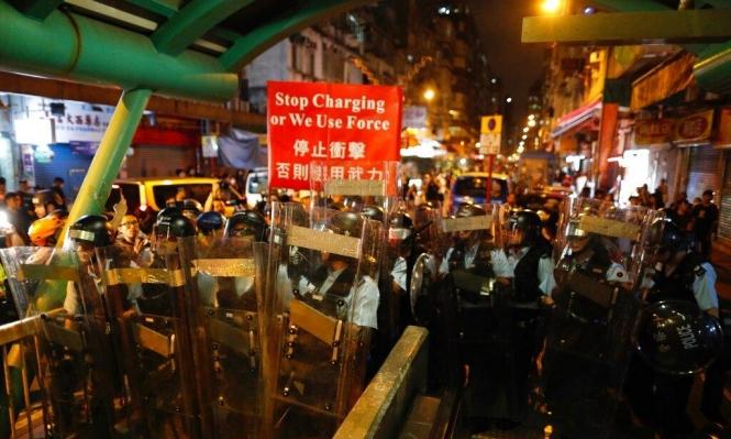 الصين تحشد قواتها قبالة هونغ كونغ مع تجدد الاحتجاجات