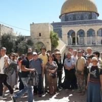 مستوطنون يتقحمون الأقصى وتقييدات على دخول الفلسطينيين للمسجد
