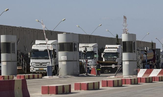 الاحتلال يقلص الوقود في غزة إلى النصف بعد غارات ليلية