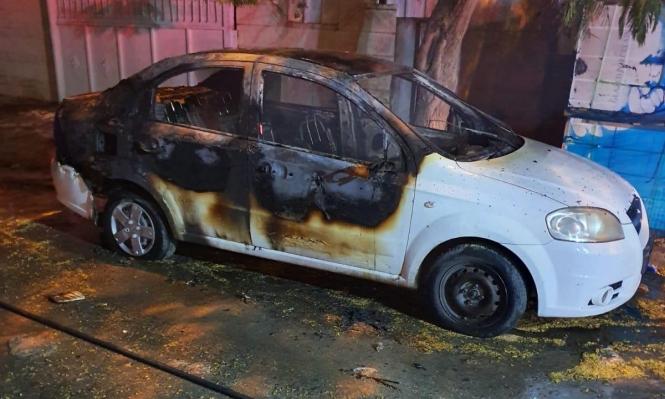 تل السبع: إضرام النار في سيارتين على خلفية شجار