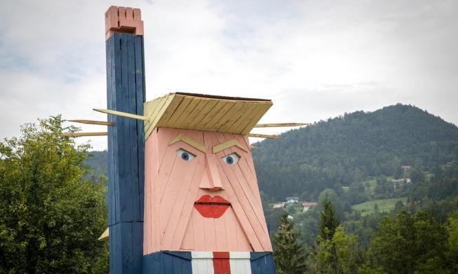موطن ميلانيا ترامب يسخر من زوجها بواسطة تمثال خشبي