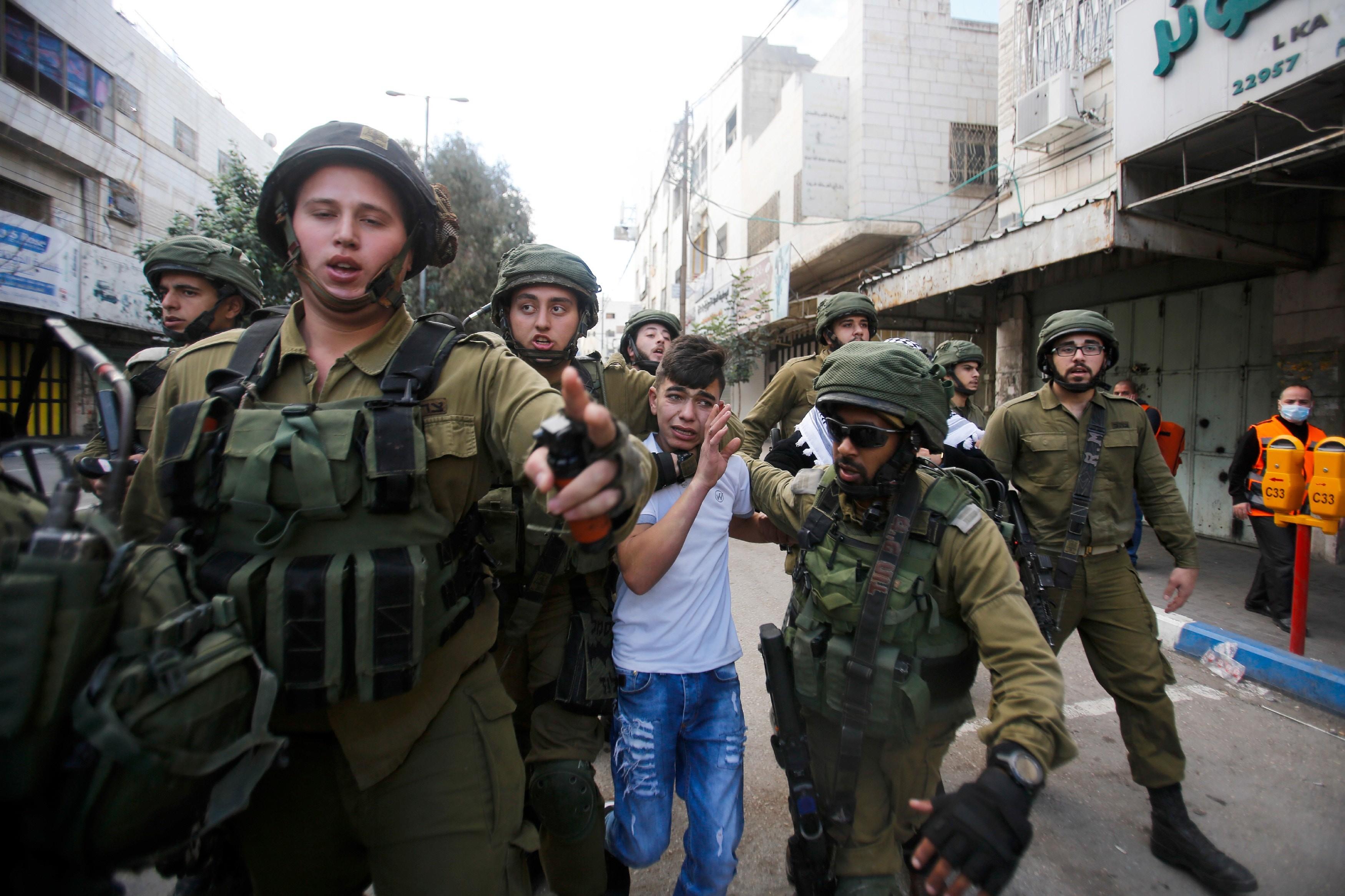 جنود الاحتلال يعتقلون طفلا مقدسيا (أ ب)