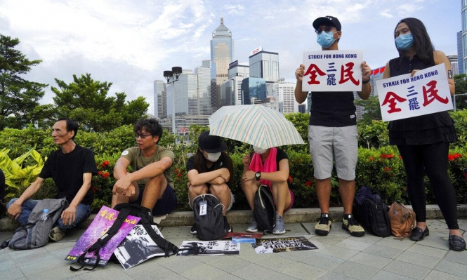 رئيسة وزراء هونغ كونغ تخضع للمتظاهرين وتسحب مشروع القانون