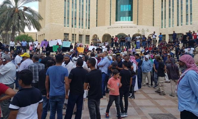 النقب: المئات يتظاهرون للمطالبة بتوفير سفريات لـ18 ألف طالب