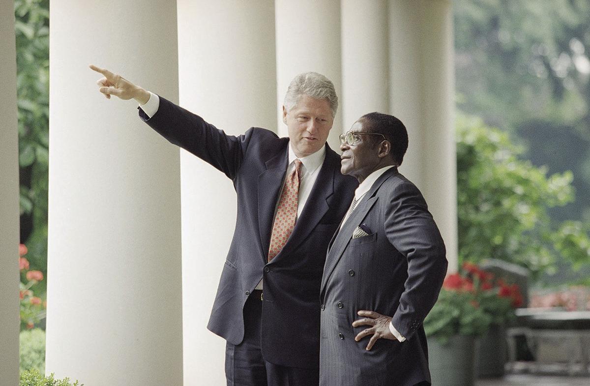 موغابي وكلينتون في البيت الأبيض (أ ب)